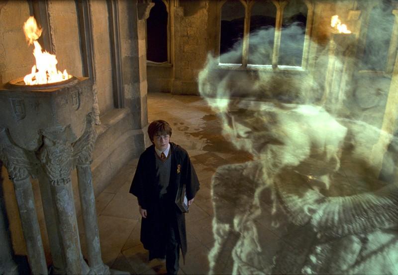 Harry (Daniel Radcliffe) e Nick quasi senza testa nel film Harry Potter e la camera dei segreti