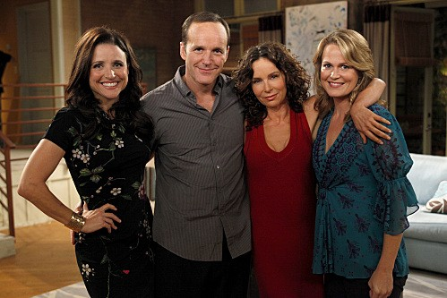 La complicata vita di Christine: Julia Louis-Dreyfus, Clark Gregg e Jennifer Grey nell'episodio Love Means Never Having To Say You're Crazy
