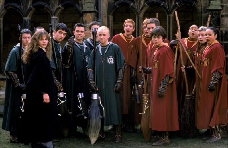 Le due squadre di quidditch: i Serpeverde (Slytherin) e i Grifondoro (Gryffindor) nel film Harry Potter e la Camera dei Segreti