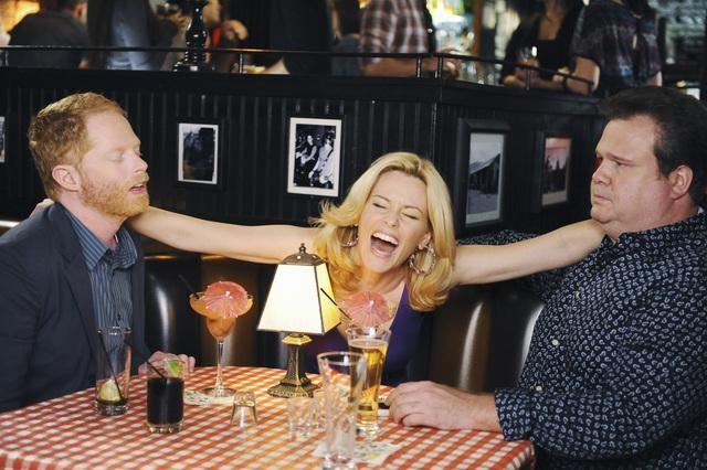 Modern Family: Eric Stonestreet, Elizabeth Banks e Jesse Tyler Ferguson in una scena dell'episodio Great Expectations