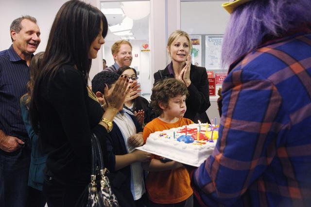 Modern Family: Sofía Vergara, Nolan Gould e Julie Bowen nell'episodio Great Expectations