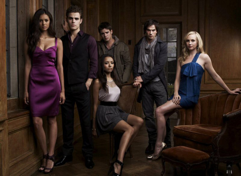 Nina Dobrev, Paul Wesley, Katerina Graham, Steven R. McQueen, Ian Somerhalder e Candice Accola in una foto promo per The Vampire Diaries