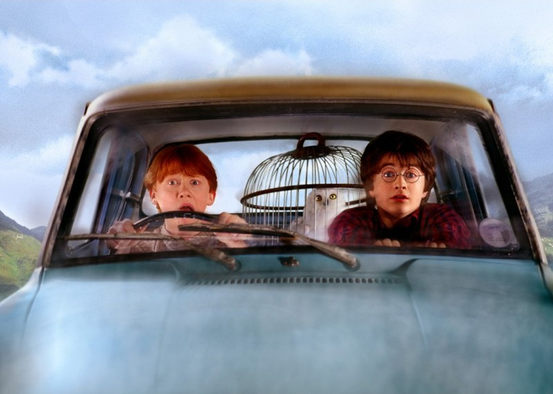 Rupert Grint, Daniel Radcliffe ed Edvige sulla macchina volante in una scena di Harry Potter e la Camera dei Segreti
