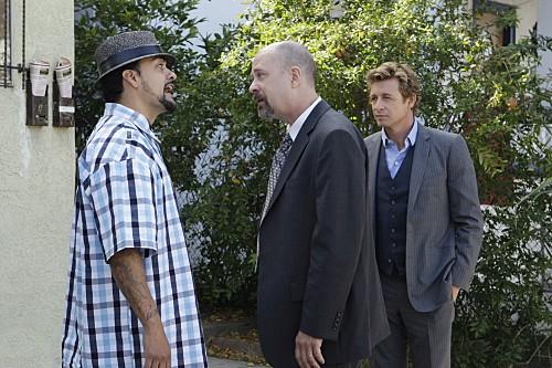 The Mentalist: Simon Baker, Terry Kinney e Reynaldo Gallegos nell'episodio Red Bulls