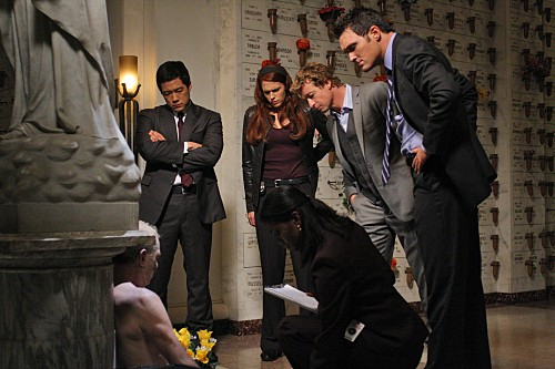 The Mentalist: Tim Kang, Amanda Righetti, Simon Baker ed Owain Yeoman nell'episodio His Red Right Hand