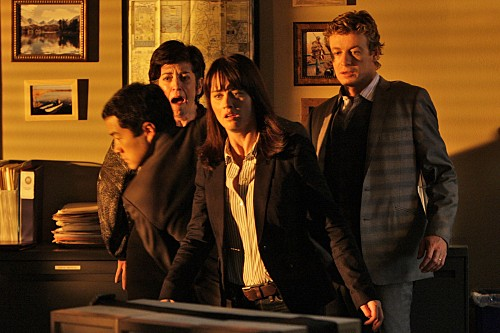 The Mentalist: Tim Kang, Robin Tunney, Simon Baker e Shauna Bloom nell'episodio His Red Right Hand