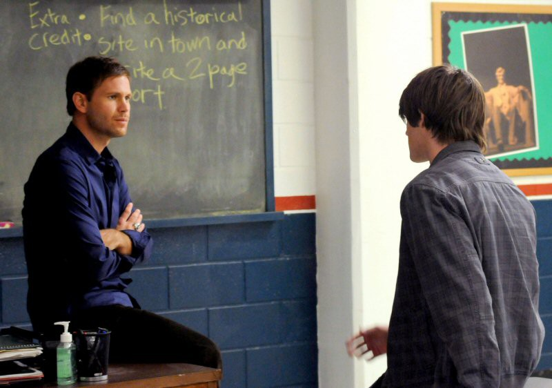 Alaric (Matt Davis) parla con Jeremy (Steven R. McQueen) nell'episodio History Repeating di The Vampire Diaries