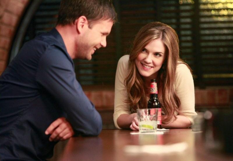 Alaric (Matt Davis) ride con Jenna (Sara Canning) nell'episodio History Repeating di The Vampire Diaries