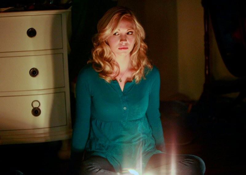 Caroline (Candice Accola) partecipa alla seduta spiritica nell'episodio History Repeating di The Vampire Diaries