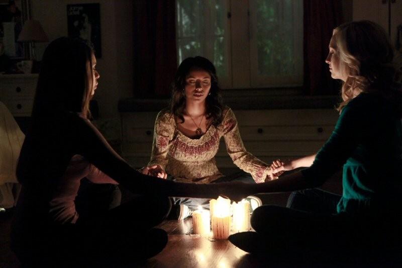 Elena, Bonnie e Caroline (N. Dobrev, K. Graham e C. Accola) fanno una seduta spiritica nell'episodio History Repeating di The Vampire Diaries