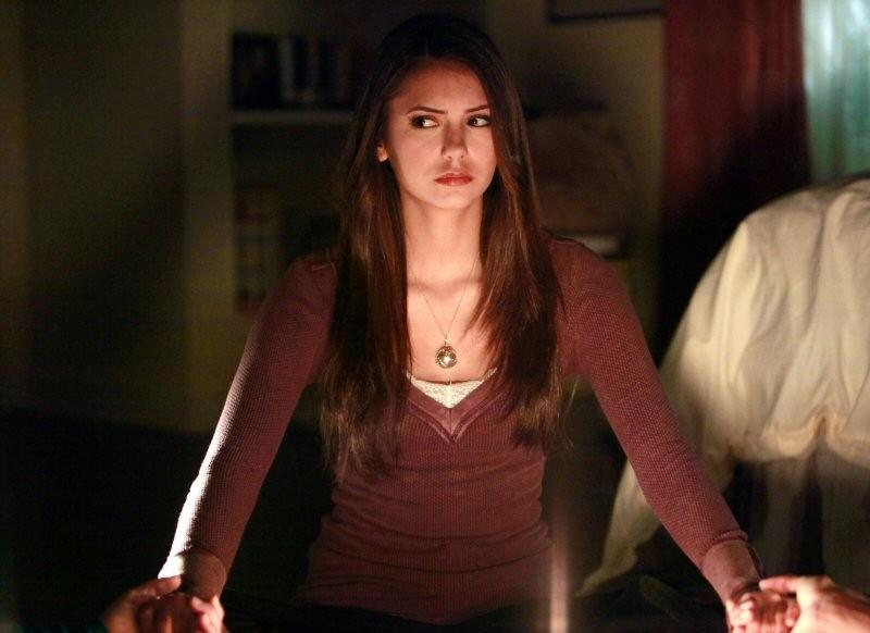 Elena (Nina Dobrev) partecipa alla seduta spiritica nell'episodio History Repeating di The Vampire Diaries