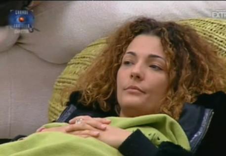 Grande Fratello 10: Diletta chiacchiera con gli altri concorrenti sotto le coperte