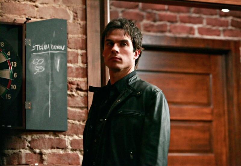 Ian Somerhalder nel pub in una scena dell'episodio History Repeating di The Vampire Diaries