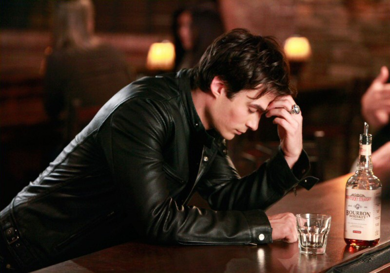 Ian Somerhalder pensieroso, in una scena dell'episodio History Repeating di The Vampire Diaries