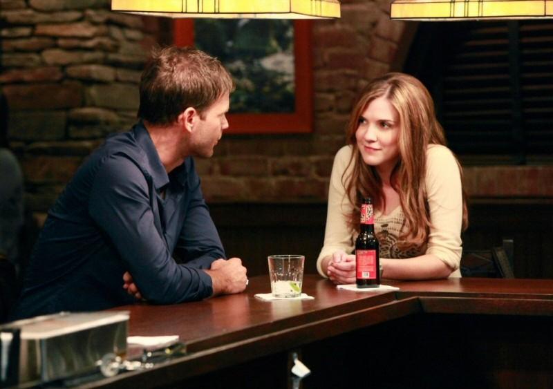 Matt Davis e Sara Canning al pub nell'episodio History Repeating di The Vampire Diaries