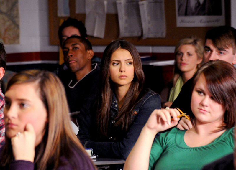 Nina Dobrev in una scena a scuola nell'episodio History Repeating di The Vampire Diaries