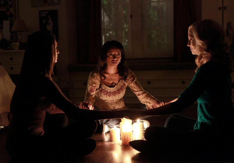 Nina Dobrev, Katerina Graham e Candice Accola fanno una seduta spiritica nell'episodio History Repeating di The Vampire Diaries
