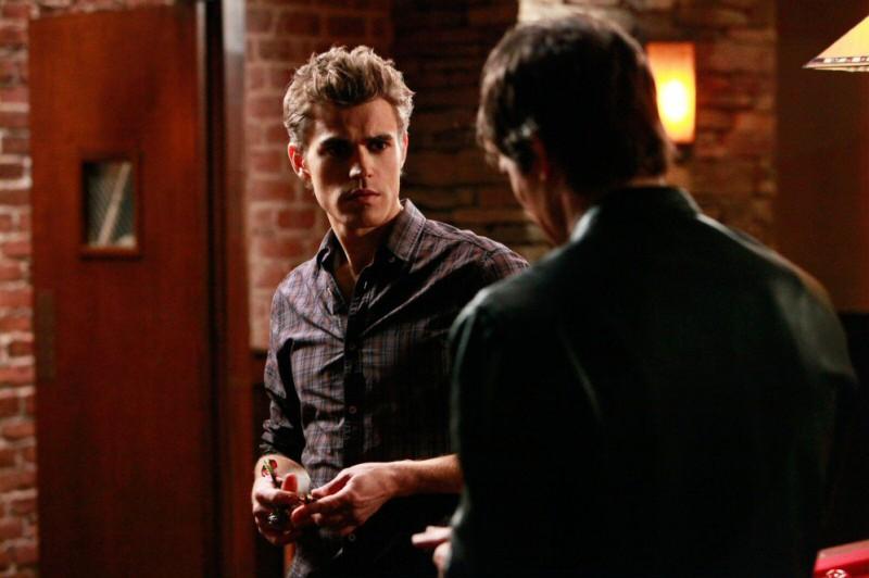 Paul Wesley e Ian Somerhalder fanno una partita a freccette al pub nell'episodio History Repeating di The Vampire Diaries