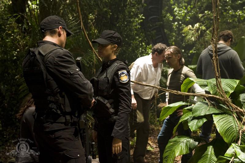 Brian J. Smith, Alaina Kalanj, Patrick Gilmore e Robert Carlyle sul pianeta sconosciuto nell'episodio Time di Stargate Universe