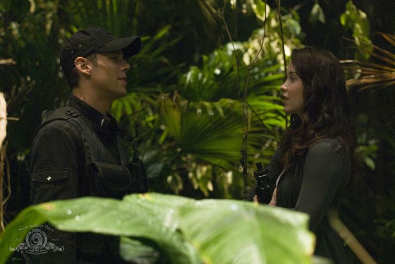 Chloe (Elyse Levesque) e Matthew (Brian J. Smith) sul pianeta sconosciuto nell'episodio Time di Stargate Universe