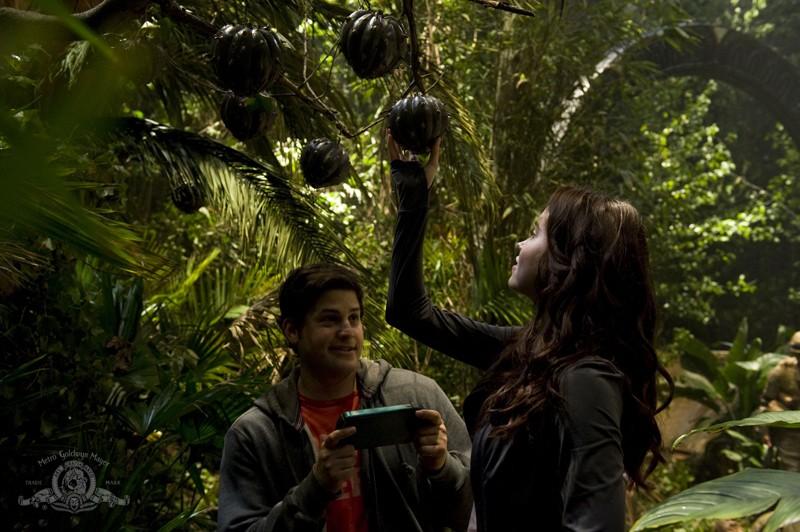 Chloe (Elyse Levesque) raccoglie dei frutti con Eli (David Blue) sul pianeta sconosciuto nell'episodio Time di Stargate Universe