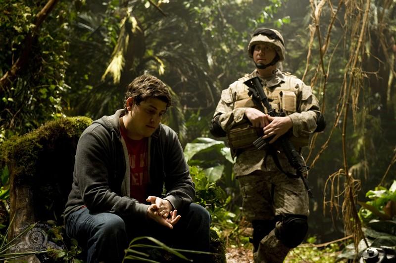 Eli (David Blue) con un soldato nella giungla del pianeta nell'episodio Time di Stargate Universe