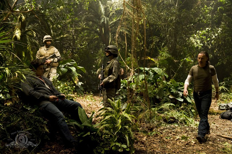 Eli (David Blue) e il dr. Rush (Robert Carlyle) nella giungla nell'episodio Time di Stargate Universe