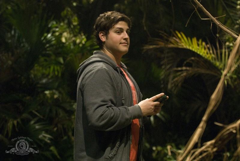 Eli (David Blue) nella giungla del pianeta sconosciuto nell'episodio Time di Stargate Universe
