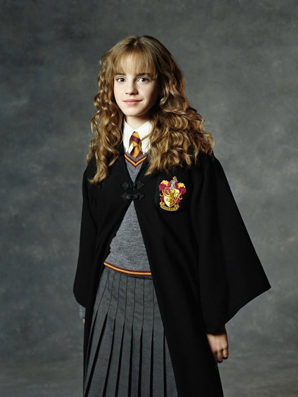 Emma Watson con la divisa di Hogwarts in una foto promo del film Harry Potter e la Camera dei Segreti