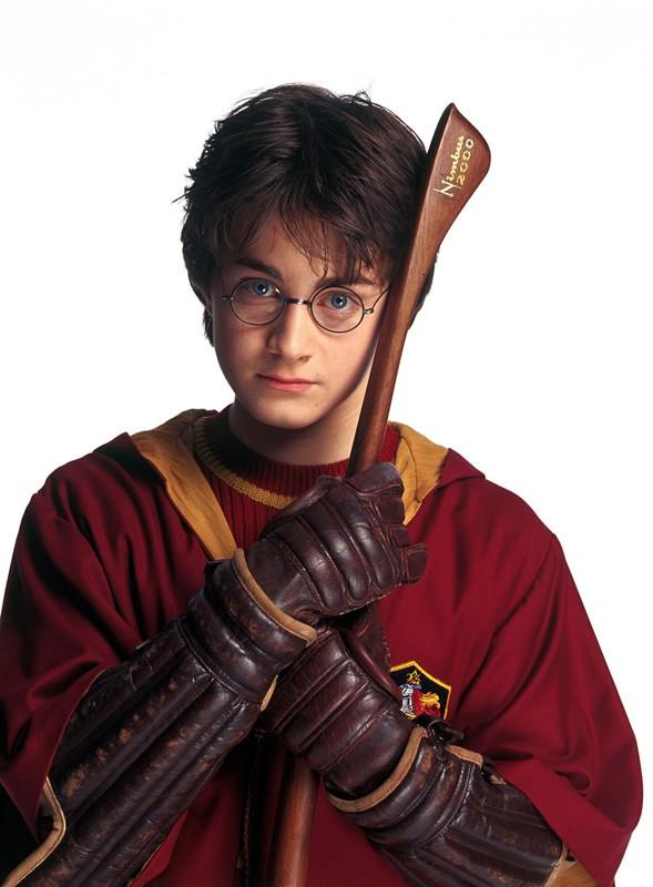 Harry (Daniel Radcliffe) e la sua Nimbus 2000 in una foto promo del film Harry Potter e la Camera dei Segreti