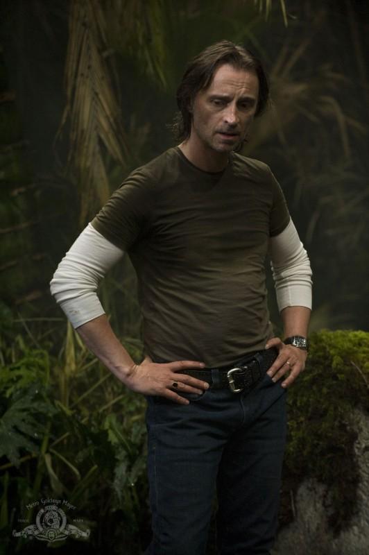 Il Dr. Nicholas Rush (Robert Carlyle) in una scena dell'episodio Time di Stargate Universe