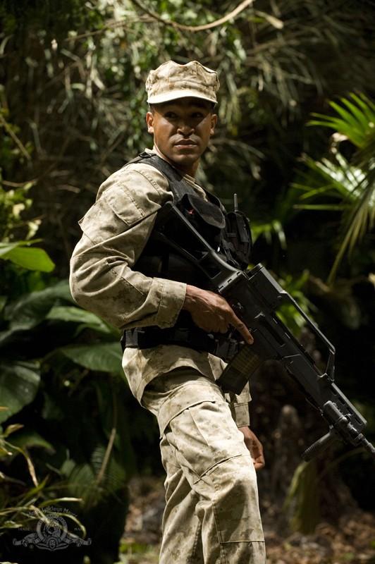 Il sergente Greer (Jamil Walker Smith) in una sequenza dell'episodio Time di Stargate Universe