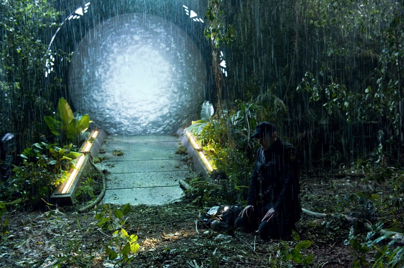 Il sergente Scott (Brian J. Smith) con affianco il gate nell'episodio Time di Stargate Universe