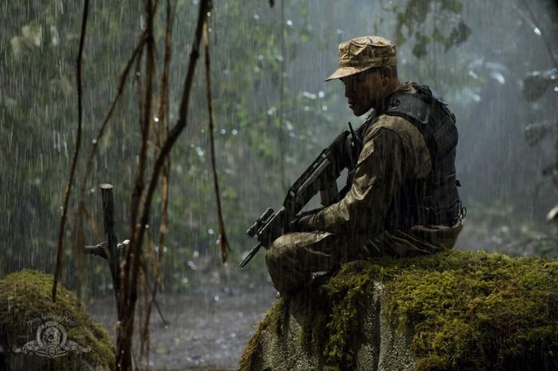 Il soldato Ronald Greer (Jamil Walker Smith) sotto la pioggia nell'episodio Time di Stargate Universe