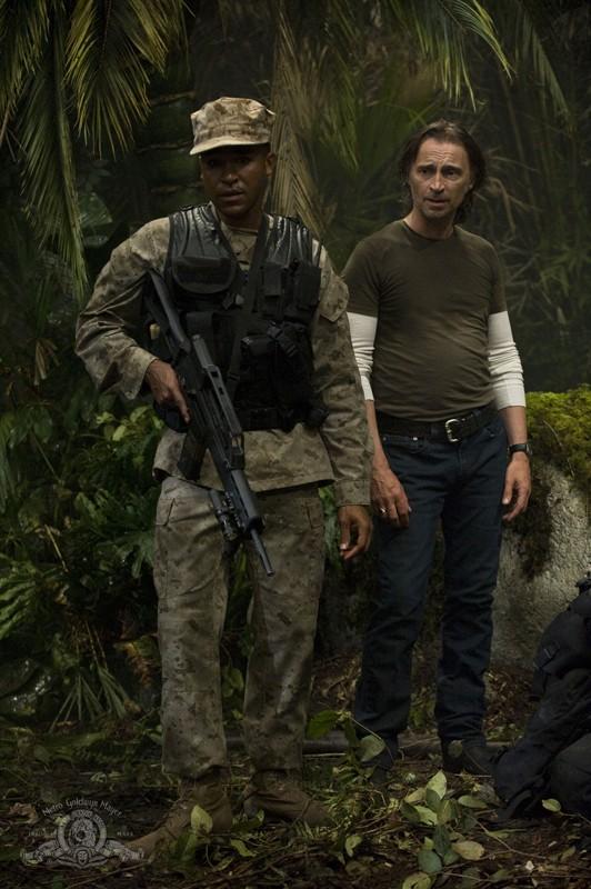 Jamil Walker Smith e Robert Carlyle sul pianeta nell'episodio Time di Stargate Universe