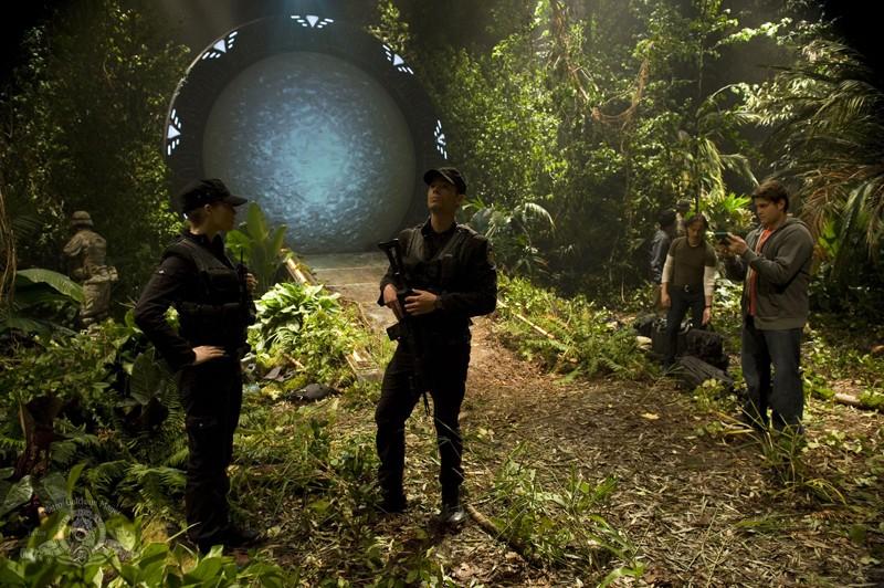 Parte dell'equipaggio in un pianeta sconosciuto nell'episodio Time di Stargate Universe