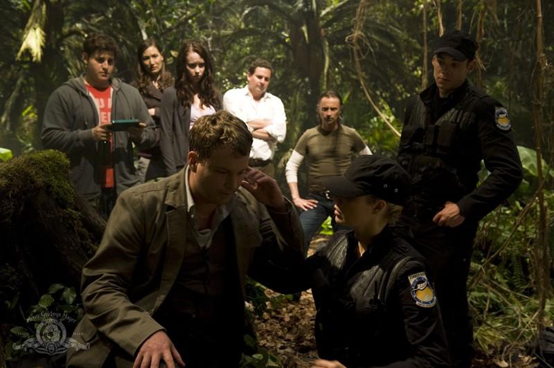 Parte della squadra sul pianeta sconosciuto nell'episodio Time di Stargate Universe