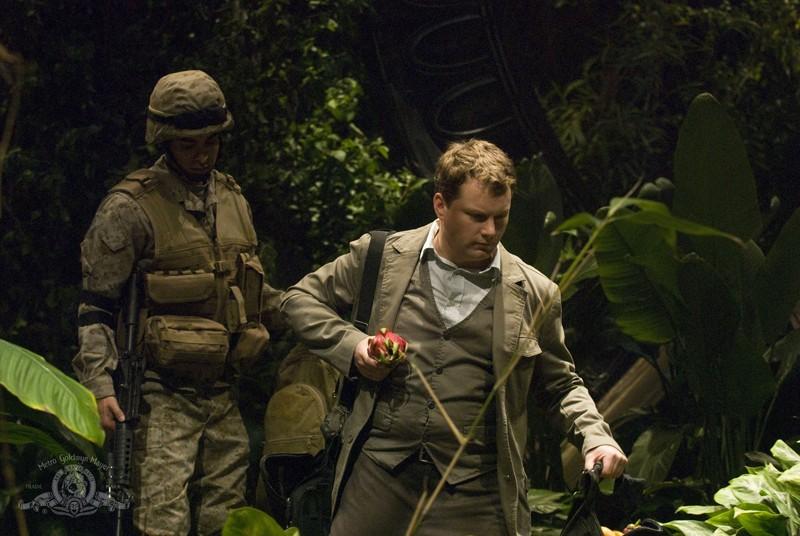 Ronald Greer (Jamil Walker Smith) e Dale Volker (Patrick Gilmore) sul pianeta nell'episodio Time di Stargate Universe