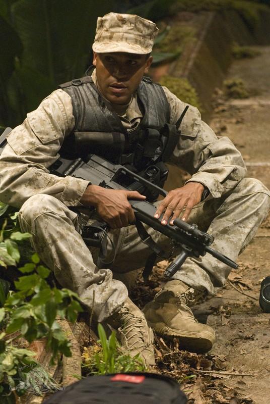 Ronald Greer (Jamil Walker Smith) sul pianeta nell'episodio Time di Stargate Universe