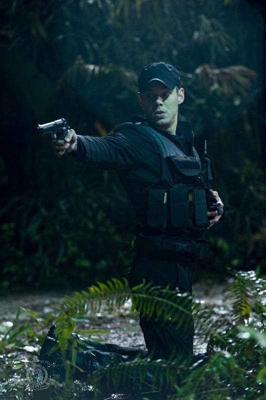 Una scena d'azione con Brian J. Smith (Matthew Scott) nell'episodio Time di Stargate Universe