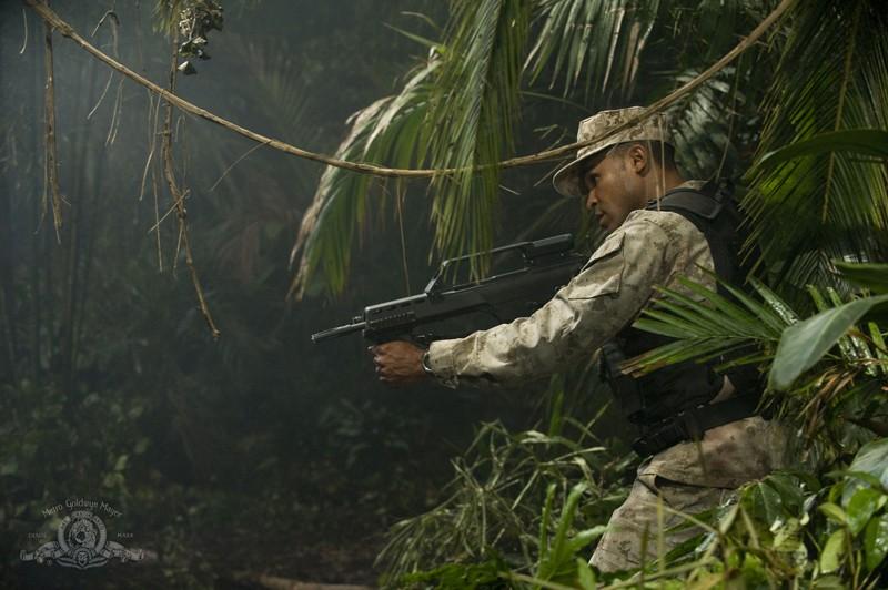 Una scena d'azione con il sergente Greer (Jamil Walker Smith) nell'episodio Time di Stargate Universe