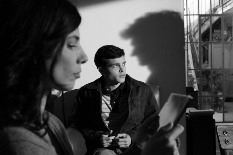 Alden Ehrenreich e Maribel Verdù (di profilo) in un'immagine del film Tetro, diretto da Coppola