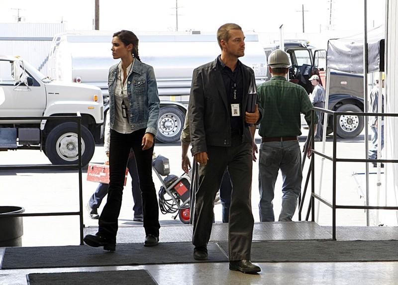 Daniela Ruah e Chris O'Donnell in una sequenza dell'episodio Pushback di NCIS: Los Angeles