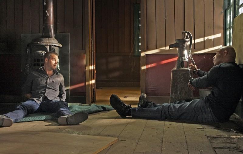 G (Chris O'Donnell) e Sam (LL Cool J) ammanettati in una scena dell'episodio Ambush di NCIS: Los Angeles