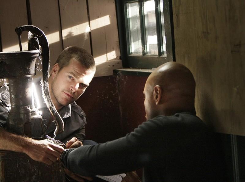 G (Chris O'Donnell) e Sam (LL Cool J) cercano di liberarsi nell'episodio Ambush di NCIS: Los Angeles