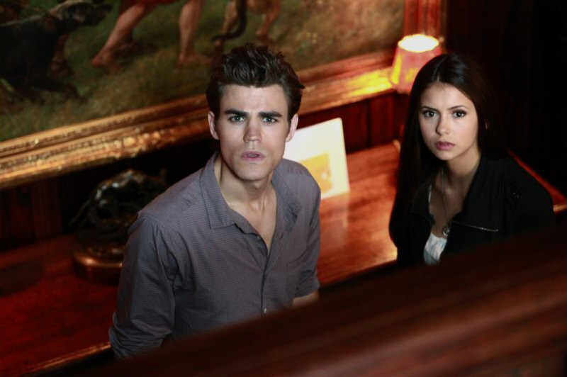 Stefan (Paul Wesley) ed Elena (Nina Dobrev) in casa di lui nell'episodio Haunted di The Vampire Diaries