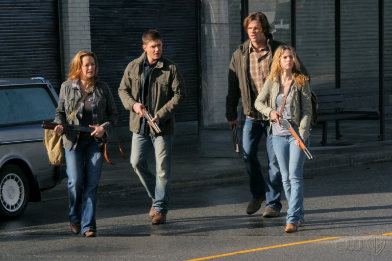 Supernatural: Samantha Ferris, Alona Tal, Jared Padalecki e Jensen Ackles in una scena dell'episodio Abandon All Hope...