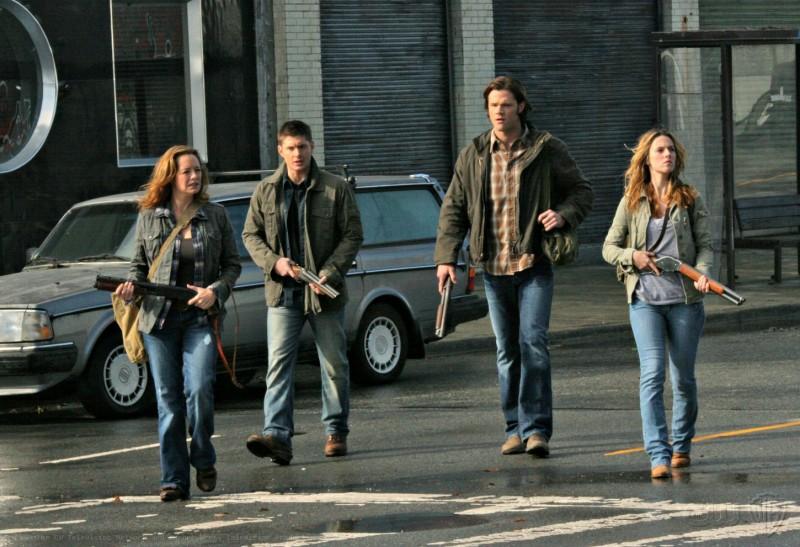 Supernatural: Samantha Ferris, Alona Tal, Jared Padalecki e Jensen Ackles nell'episodio Abandon All Hope...