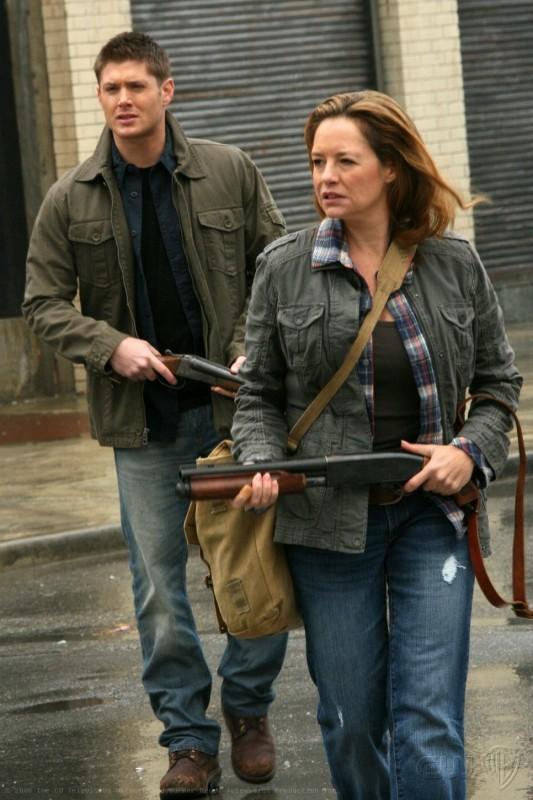 Supernatural: Samantha Ferris e Jensen Ackles in una scena dell'episodio Abandon All Hope...
