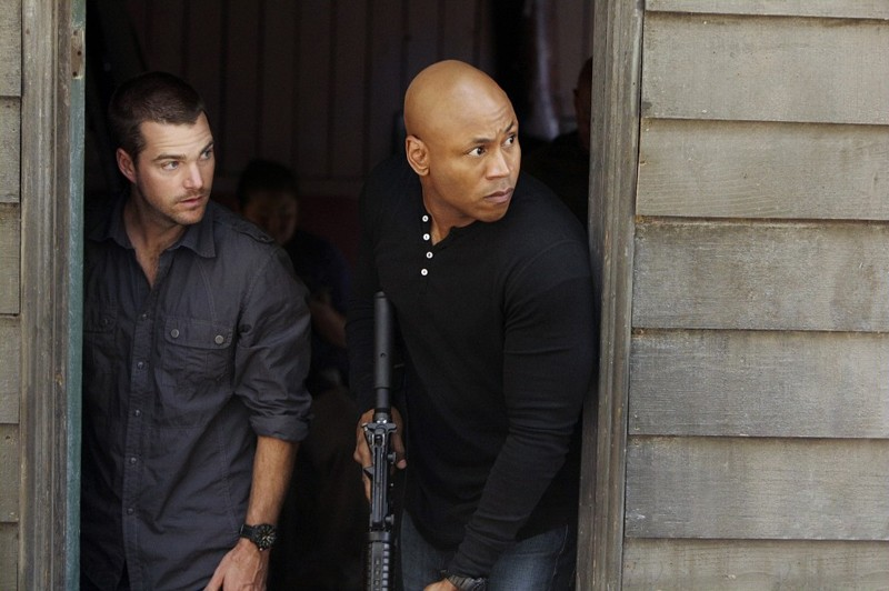 Una scena d'azione con G (Chris O'Donnell) e Sam (LL Cool J) nell'episodio Ambush di NCIS: Los Angeles